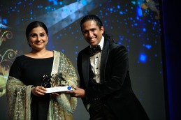 Ace-Actor-Ms.-Vidya-Balan-receiving-the-title-of-Best-Actor